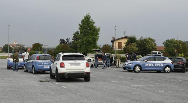 Cuneo, uccide una donna a colpi di pistola nel piazzale del supermercato a Cuneo