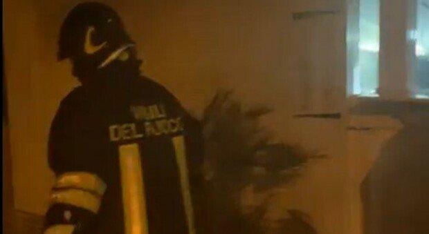 Incendio in una frutteria a Taranto, il titolare filma l'intervento dei vigili del fuoco: «Ne realizzo altre cento». Il video