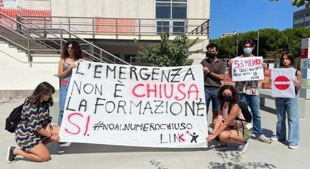 Gli studenti di Link di Bari protestano contro il numero chiuso per accedere alla facoltà di Medicina e Chirurgia