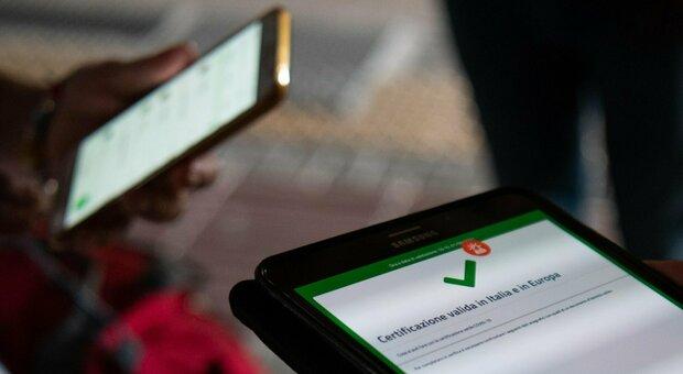 Green pass, pronto l'obbligo per i dipendenti pubblici. Frenata sui tamponi gratuiti: così non spingono i vaccini