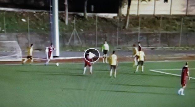 Clamoroso errore dell'attaccante: il video della gaffe in campo fa il giro del web