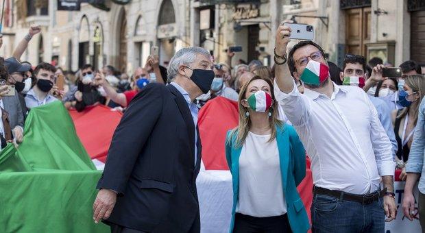 2 Giugno, il centrodestra a piazza del Popolo grida «dimissioni». Salvini: «Diamo voce agli italiani dimenticati»