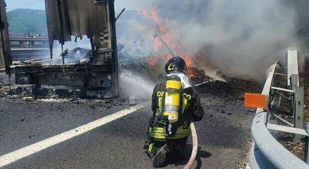 Incidente tra tir sull'A1, un mezzo prende fuoco: gravemente ustionato un camionista