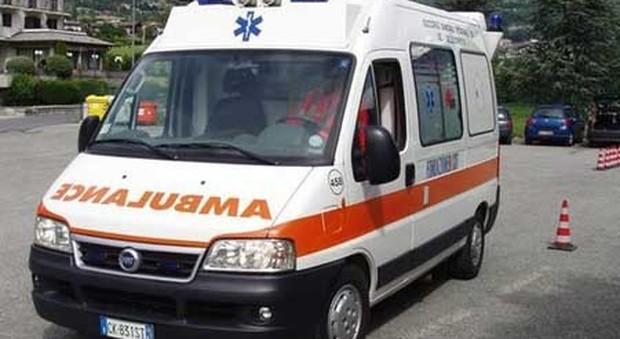 Si dà fuoco in strada per una delusione d'amore: 52enne gravissimo, salvato dai passanti