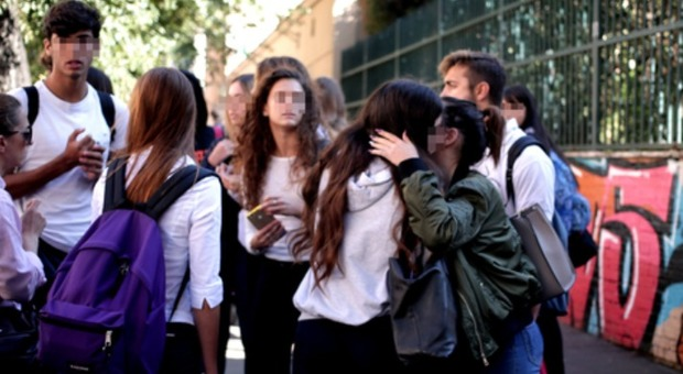 Tredicenne precipita dalle scale della scuola a ricreazione e muore Si indaga per istigazione al suicidio