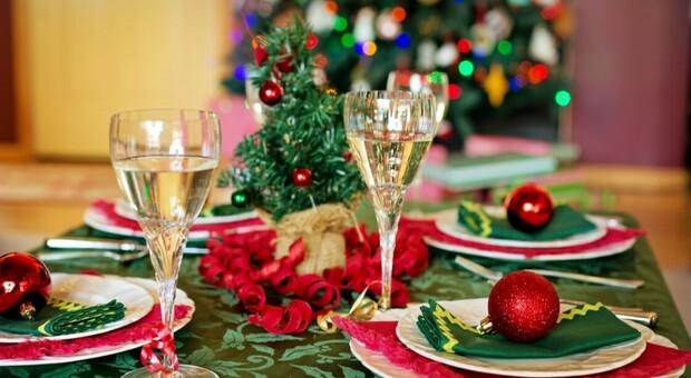 Coronavirus in Gran Bretagna, la polizia: «Pronti a punire cene e pranzi di Natale in famiglia se violano le regole»