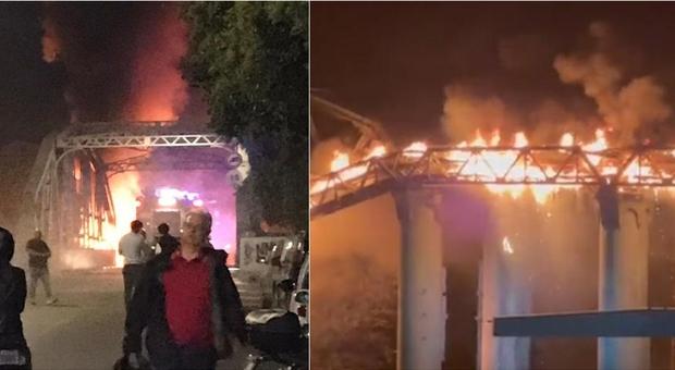 Roma, ponte dell'Industria devastato da un incendio: altissima colonna di fumo. Video Foto