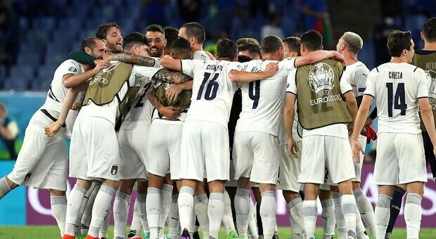 L'abbraccio degli Azzurri durante la sfida con la Turchia