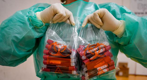 Coronavirus, lo studio sugli anticorpi a Wuhan: «La protezione dura almeno nove mesi ma i vaccini sono fondamentali»
