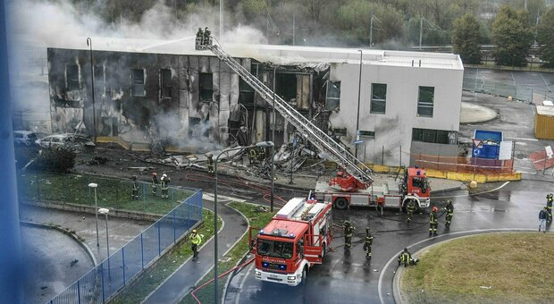 Milano, aereo privato precipita su palazzo: in fiamme edificio e piccolo veivolo
