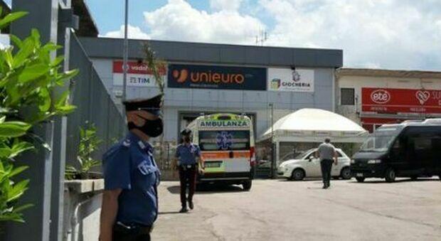 Napoli choc, donna di 63 anni uccisa a coltellate fuori da un supermercato: è caccia al killer