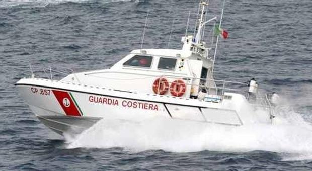 Ponza, trenta persone soccorse in mare dalla Guardia Costiera: in fiamme una barca di undici metri con bimbi a bordo