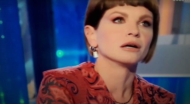 Domenica In, Alessandra Amoroso: «Sono single, l'amore era finito...». Poi scoppia in lacrime. Mara Venier reagisce così