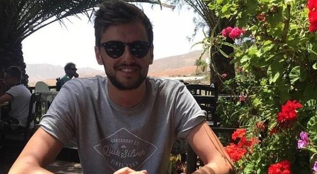 Insetto lo punge durante la vacanza: febbre alta e malori, poi il prof muore a 27 anni