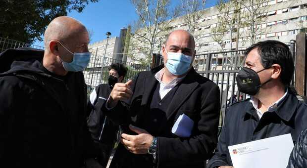 Calciosociale, Zingaretti visita il cantiere del campo a Corviale: con lui Valeriani e Domenico Iannacone