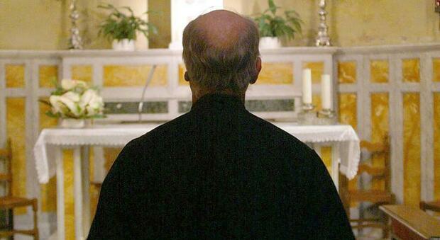Sacerdote non riconosce la figlia avuta dalla parrocchiana, il giudice: «Non è obbligato a fare il genitore»
