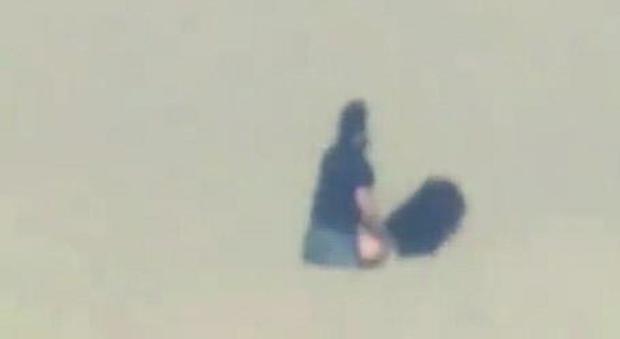 La coppia mentre fa sesso in spiaggia sulla riviera romagnola