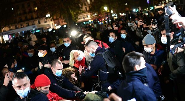 Parigi, sgombero choc della polizia: «Manganellati migranti e giornalisti». Bufera in Francia