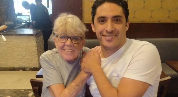 La pensionata 80enne sposa un egiziano di 35 anni e scandalizza il pubblico in tv parlando di sesso: «Non sta con me per i soldi»