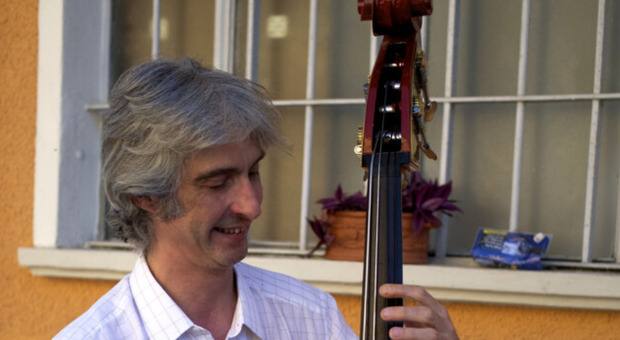 Enzo Frassi, il jazzista è morto a Piacenza a 54 anni: la sua auto si è ribaltata in un canale