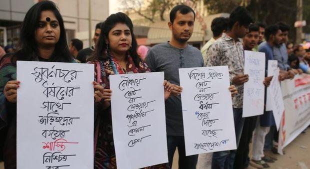 Mamma di 4 bambini stuprata da una gang per punizione: aveva votato per l'opposizione in Bangladesh