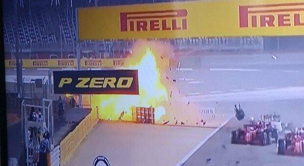 F1, spaventoso incidente alla vettura di Grosjean: esplosione e fiamme