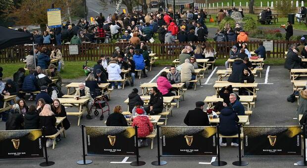 Gran Bretagna, le riaperture dopo la fine del lockdown: tutti al pub, in palestra, dal parrucchiere e nei negozi