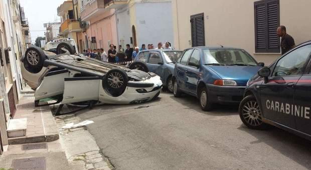 L'auto si ribalta in una via del centro: feriti un uomo, la moglie e la figlia