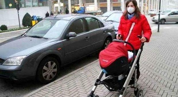 Una mamma con la mascherina antismog