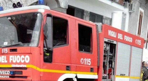 Incendio in casa, donna di 54 anni gravemente ustionata. Morto uno dei suoi cani