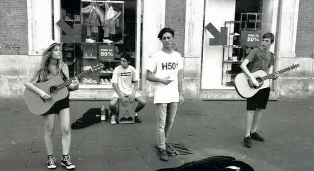 I Maneskin mentre suonano a Via del Corso