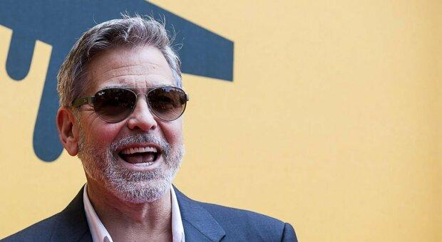 George Clooney cuore d'oro: un milione di dollari a ciascuno dei suoi amici. «Mi siete stati sempre vicini»