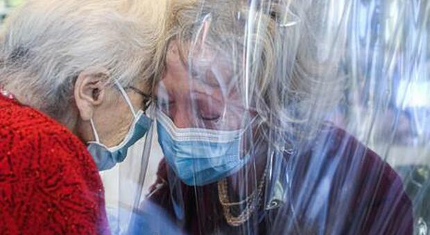 Il Ministero promuove le 'Sale degli abbracci' nelle Rsa: «Il contatto fisico può fare bene agli anziani»