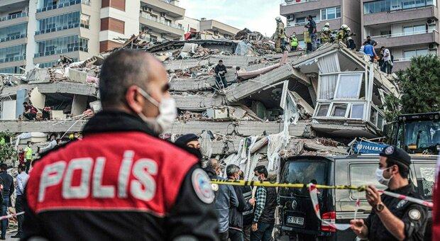 Terremoto di 7.0 a Samos, 14 morti tra Turchia e Grecia. A Smirne edifici crollati