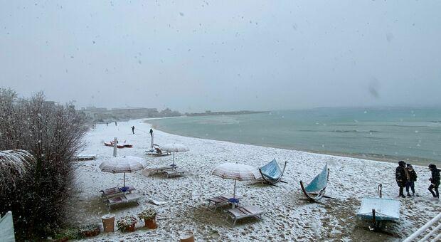 La spiaggia imbiancata a Porto Cesareo