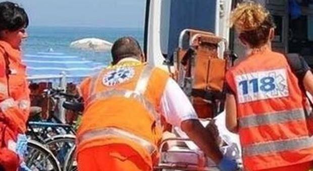 Lecce, si tuffa in mare con i due figli: papà morto. I figli salvati dagli altri bagnanti