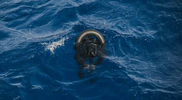 Migranti, naufragio di un gommone al largo della Libia: «Oltre cento morti annegati»