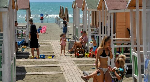 Covid, «virus distrutto dai raggi del sole». In spiaggia resiste 20 secondi, lo studio italiano