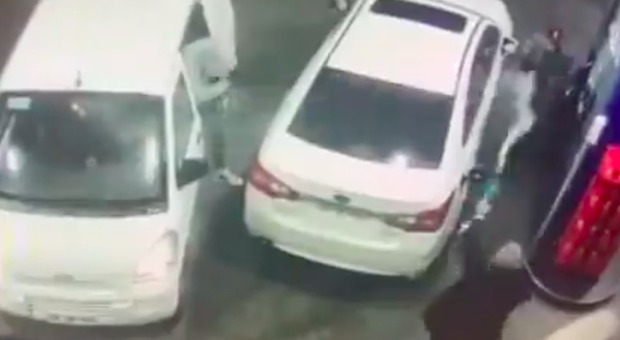 Aggredito al distributore, spruzza benzina sui rapinatori. Il web si divide: «Legittima difesa?» VIDEO