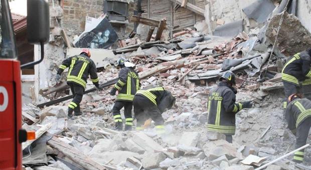 Foggia, crollano due palazzine per una fuga di gas: morta un'anziana di 80 anni