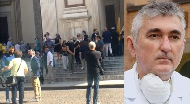 De Donno, i funerali a Mantova: allontanato un uomo con il cartello «Ucciso dallo Stato»