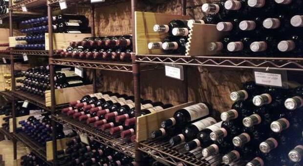 Furto nella cantina del ristorante, i ladri entrano e rubano vini per 30mila euro