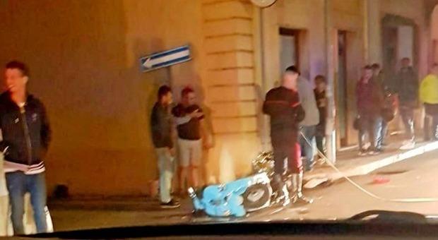 Lecce, 15enne cade dallo scooter. I medici: «Morte cerebrale». Compagni di scuola disperati