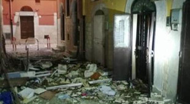 Crolla una palazzina a Barletta dopo l'esplosione: tre feriti
