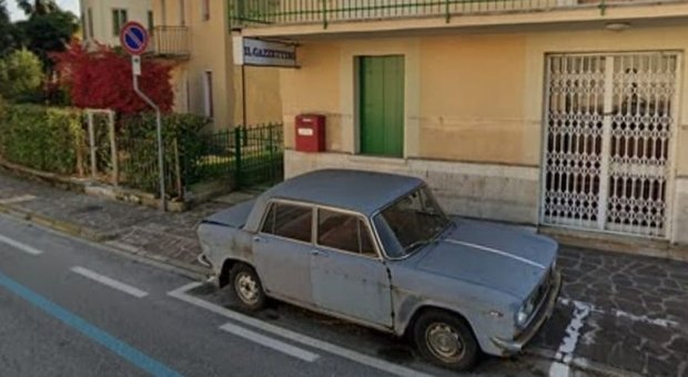 Conegliano, Lancia Fulvia parcheggiata da 47 anni nello stesso posto. Zaia: «È lì da quando andavo a scuola»
