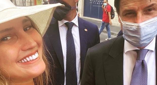 «Sono una studentessa», ma la verità è un'altra: ecco chi è la ragazza che ha chiesto un selfie hot a Conte