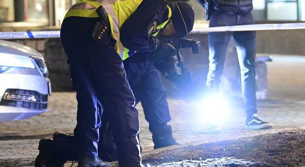 Svezia, otto persone accoltellate in strada: «È attacco terroristico». Alcuni feriti gravi, fermato un ventenne