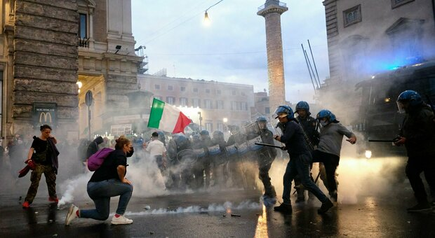 Corteo no Green pass a Roma: lanciate bombe carta davanti a Palazzo Chigi, la polizia usa idranti e lacrimogeni. 10mila in piazza del Popolo