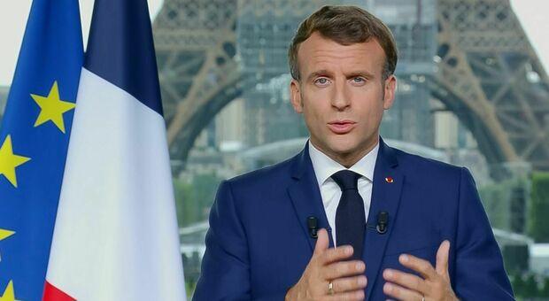 Covid in Francia, Macron: «Sì al green pass e alla terza dose, non escludiamo il vaccino obbligatorio»
