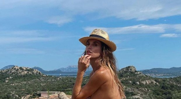 Elisabetta Canalis in topless accovacciata sul tetto. Fan increduli: «Si vede tutto...»